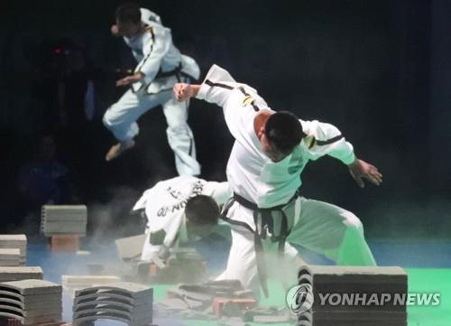 Une séance de démonstration de taekwondo de l'équipe nord-coréenne aux Championnats du monde de taekwondo de la Fédération mondiale de taekwondo (WT) le 24 juin 2017 à Muju, dans la province de Jeolla du Nord.