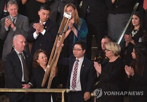 Le réfugié nord-coréen Ji Seong-ho est présenté par le président américain Donald Trump lors du discours sur l'état de l'Union. (AFP=Yonhap)