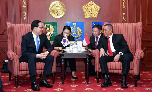 Le ministre de la Défense Song Young-moo (à gauche) discute avec son homologue indonésien Ryamizard Ryacudu à Jakarta ce mercredi 31 janvier 2018.