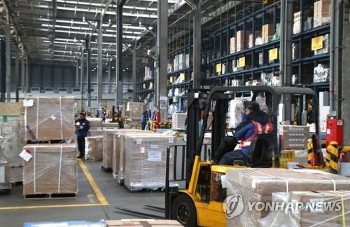 Des cartons dans un entrepôt de l'aéroport international d'Incheon le 1er janvier 2018.