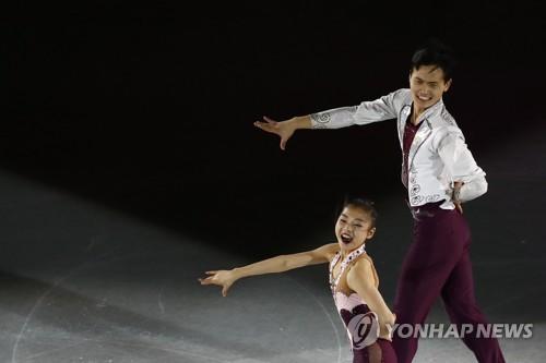 Ryom Tae-ok et Kim Ju-sik lors du gala des Championnats des quatre continents de patinage artistique de l'ISU le 27 janvier 2018 à Taïwan. (EPA=Yonhap)