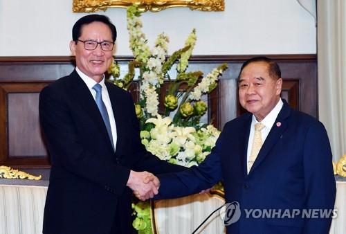 Le ministre de la Défense Song Young-moo (à gauche) serre la main de son homologue thaïlandais Prawit Wongsuwon ce jeudi 1er février 2018 à Bangkok.