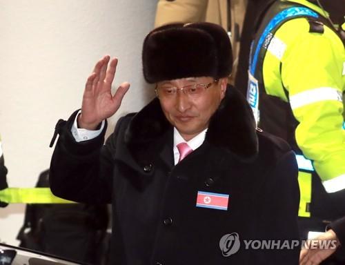 Won Kil-u, vice-ministre nord-coréen du Sport, salue de la main à son arrivée à l'aéroport international de Yangyang.