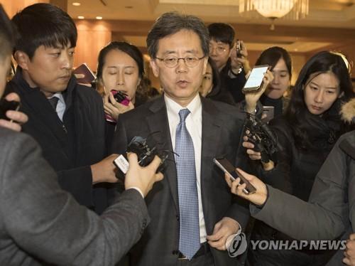 Le ministre du Commerce Kim Hyun-chong répond aux questions des journalistes après la réunion tenue à Séoul ce jeudi 1er février 2018.