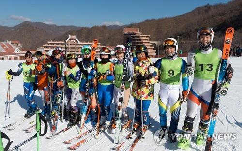Cette photo, prise le 1er février 2018, montre des skieurs sud et nord-coréens posant pour une photo après un entraînement de ski commun à la station de ski du col Masik, en Corée du Nord.