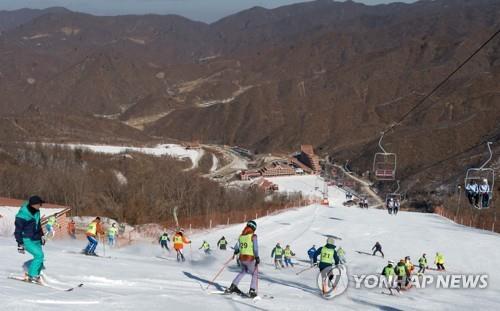 Cette photo, prise le 1er février 2018, montre des skieurs sud et nord-coréens s'entraînant conjointement à la station de ski du col de Masik, en Corée du Nord.