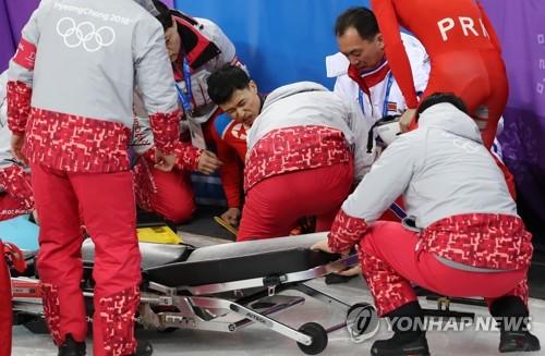 Le patineur nord-coréen Choe Un-song grimace de douleur après avoir chuté pendant un entraînement à la Gangneung Ice Arena ce vendredi 2 février 2018.