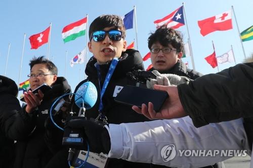 Le patineur de vitesse sud-coréen Lee Seung-hoon à son arrivée au village des athlètes de Gangneung le 4 février 2018.