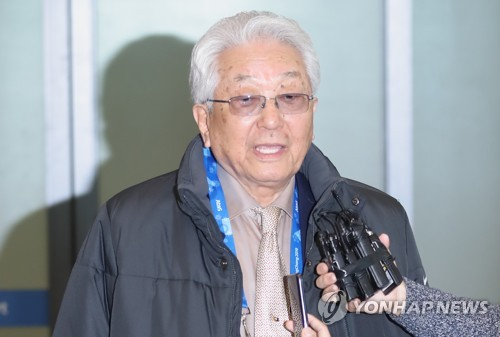 Le membre nord-coréen du Comité international olympique (CIO) Chang Ung arrive le 4 février 2018 à l'aéroport international d'Incheon.