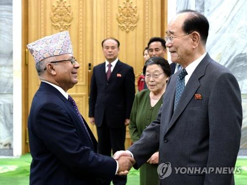 Le président du présidium de l'Assemblée populaire suprême de la Corée du Nord, Kim Yong-nam, reçoit des personnalités étrangères le 17 août 2017. (KCNA=Yonhap) (Utilisation en Corée du Sud uniquement et redistribution interdite)