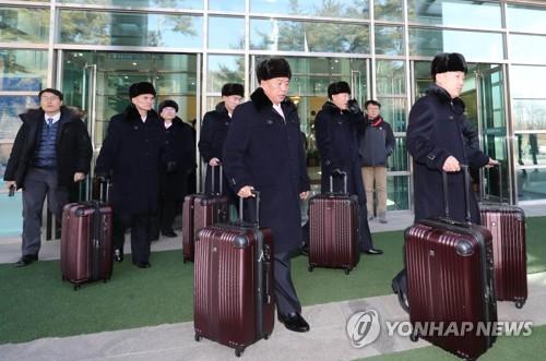 L'équipe préparatoire de la troupe d'artistes de la Corée du Nord arrive le 5 février 2018 au bureau des douanes, de l'immigration et de la quarantaine à la station Dorasan, à Paju.