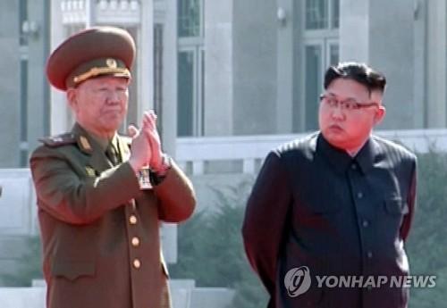 Hwang Pyong-so et Kim Jong-un. (Photo d'archives Yonhap)