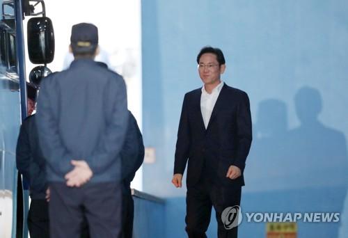 Le vice-président de Samsung Electronics Co., Lee Jae-yong, quitte le 5 février 2018 la Haute Cour de Séoul après avoir été libéré près d'un an après son placement en détention provisoire en février 2017.