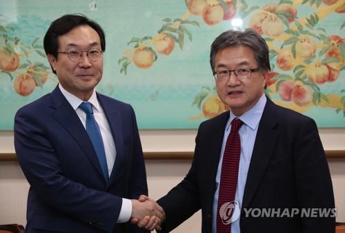 Lee Do-hoon (à gauche), le représentant spécial pour la paix sur la péninsule coréenne et les affaires de sécurité, serre la mains de son homologue américain Joseph Yun avant leur entretien à Séoul ce lundi 5 février 2018.