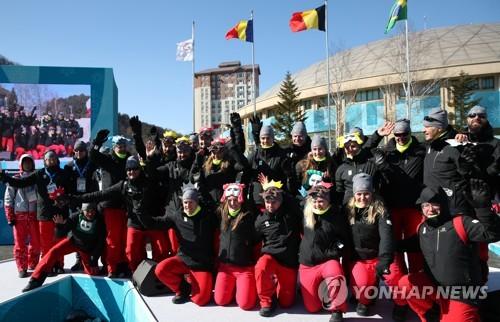 L'équipe olympique belge pose pour une photo lors de la cérémonie de bienvenue au Village des athlètes de PyeongChang, ce lundi 5 février 2018.