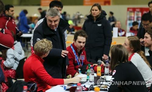 Le président du CIO Thomas Bach parle aux athlètes canadiens dans la cantine du Village des athlètes.