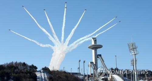 La patrouille sud-coréenne Black Eagles dans le ciel de PyeongChang (Photo d'archives Yonhap)