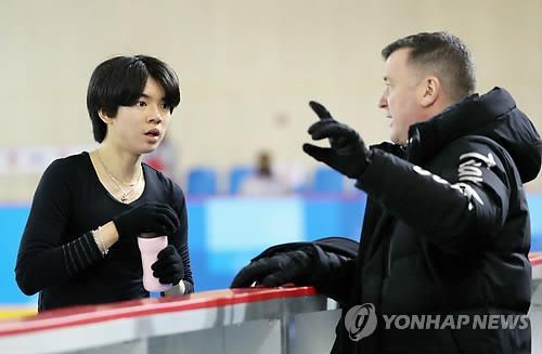 Le patineur artistique sud-coréen Cha Jun-hwan (à g.) écoute les conseils de Brian Orser lors d'une séance d'entraînement au palais des glaces de Gangneung, le 6 février 2018.