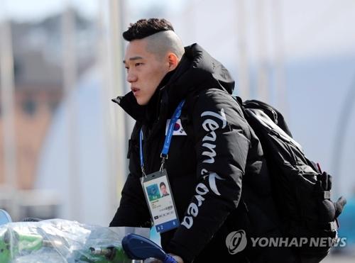 Le patineur de vitesse Mo Tae-bum arrive au village des athlètes de Gangneung.