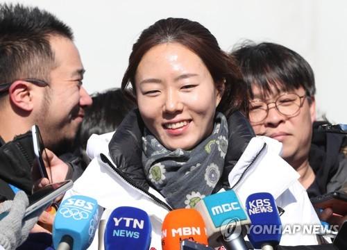 La patineuse de vitesse Lee Sang-hwa, deux fois médaillée d'or aux JO, répond à des questions de journalistes le mardi 6 février 2018, à son arrivée au village des athlètes de Gangneung des Jeux olympiques d'hiver de PyeongChang.