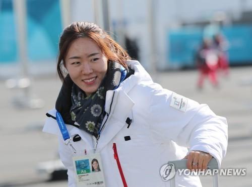 La patineuse de vitesse Lee Sang-hwa arrive au village des athlètes de Gangneung le mardi 6 février 2018, un des sites des Jeux qui se dérouleront du 9 au 25 février.