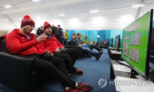Des athlètes jouent aux jeux vidéo dans le centre récréatif du village olympique de PyeongChang ce mardi 6 février 2018.