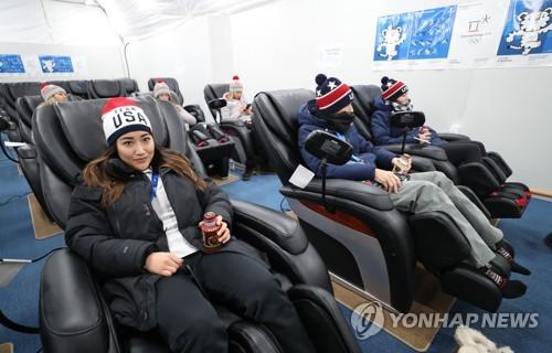 La salle de fauteuils de massage du village olympique de PyeongChang.