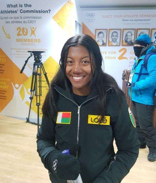 La skieuse alpine malgache Mialitiana Clerc prend la pose au village des athlètes à PyeongChang, dans la province du Gangwon, le 6 février 2018. Clerc sera la première femme de Madagascar à participer à des Jeux olympiques d'hiver.