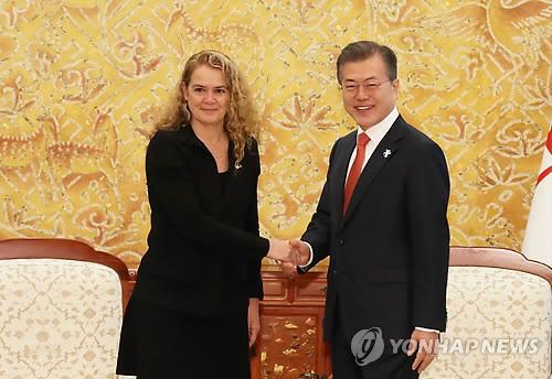 Le président Moon Jae-in échange une poignée de main avec la gouverneure générale du Canada, Julie Payette, le mercredi 7 février 2018 à Cheong Wa Dae, avant leur sommet bilatéral.