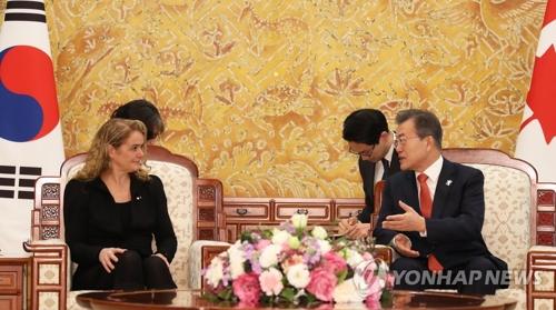 Le président Moon Jae-in et la gouverneure générale du Canada, Julie Payette, tiennent un sommet bilatéral.