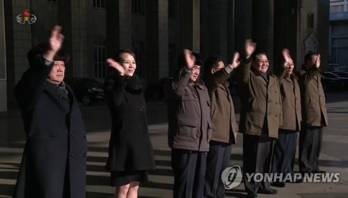 Kim Yo-jong (deuxième à partir de la gauche), petite sœur du dirigeant nord-coréen Kim Jong-un, salue de la main la troupe artistique nord-coréenne quittant Pyongyang pour se diriger vers la Corée du Sud afin de donner des représentations à Gangneung et Séoul à l'occasion des Jeux olympiques d'hiver de PyeongChang, a dévoilé le mardi 6 février 2018 la Télévision centrale nord-coréenne (KCTV). (Utilisation en Corée du Sud uniquement et redistribution interdite)