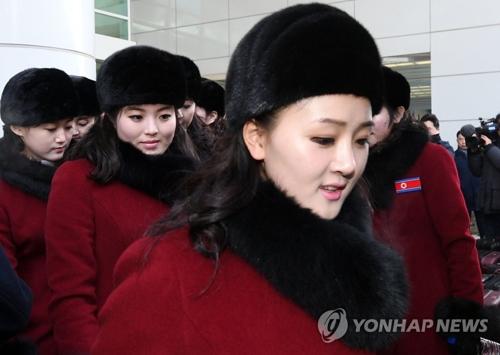 Des supportrices nord-coréennes arrivent au bureau des douanes, de l'immigration et de la quarantaine à la station Dorasan, à Paju, dans la province du Gyeonggi.
