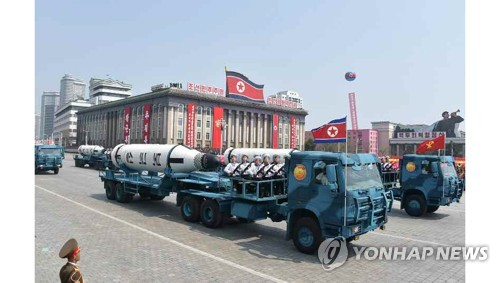 Cette photo, publiée le dimanche 16 avril 2017 par le quotidien nord-coréen Rodong Sinmun, montre des missiles mer-sol balistiques stratégiques (MSBS) exhibés lors d'un grand défilé militaire organisé la veille sur la place Kim Il-sung pour célébrer le 105e anniversaire de ce dernier, défunt fondateur de la Corée du Nord. (Utilisation en Corée du Sud uniquement et redistribution interdite)