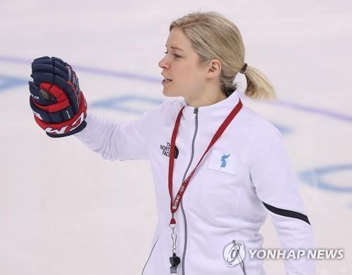 Sarah Murray, entraîneuse de l'équipe de Corée féminine de hockey, donne des instructions à ses joueuses lors de l'entraînement au centre de hockey de Kwandong à Gangneung, dans la province du Gangwon, le 7 février 2018.