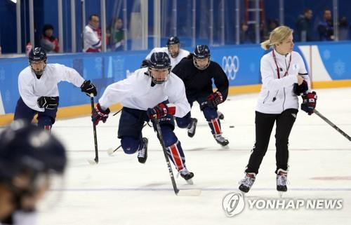 Sarah Murray (à d.), l'entraîneuse de l'équipe de Corée féminine de hockey, patine avec ses joueuses au centre de hockey de Kwandong à Gangneung, dans la province du Gangwon, le 7 février 2018.