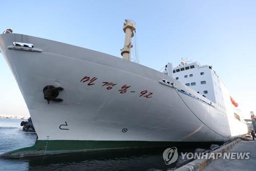 Le Mangyongbong-92 ancré au port de Mukho