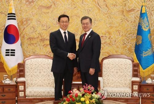 Le président Moon Jae-in (à droite) et Han Zheng, membre du Comité permanent du Politburo du Parti communiste chinois, ce jeudi 8 février 2018 au bureau présidentiel à Séoul.