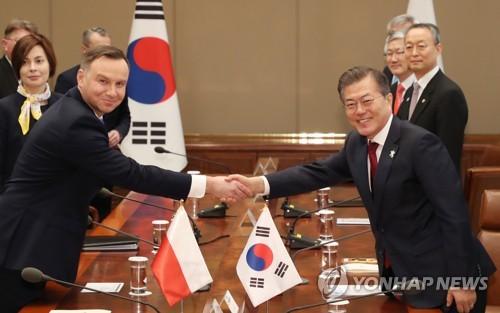 Le président Moon Jae-in et le président polonais Andrzej Duda ce jeudi 8 février 2018 avant leur sommet au bureau présidentiel à Séoul.