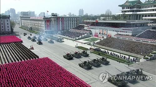 La Télévision centrale nord-coréenne (KCTV) retransmet en direct le samedi 15 avril 2017 le grand défilé militaire qui se déroule sur la place Kim Il-sung à Pyongyang à l'occasion du 105e anniversaire de ce dernier, défunt fondateur de la Corée du Nord. (Utilisation en Corée du Sud uniquement et redistribution interdite) (Yonhap)