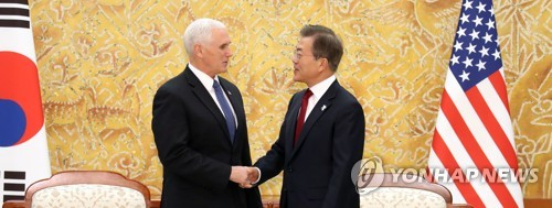 Le président Moon Jae-in et le vice-président américain Mike Pence se saluent avant leur réunion ce jeudi 8 février 2018 au bureau présidentiel à Séoul.