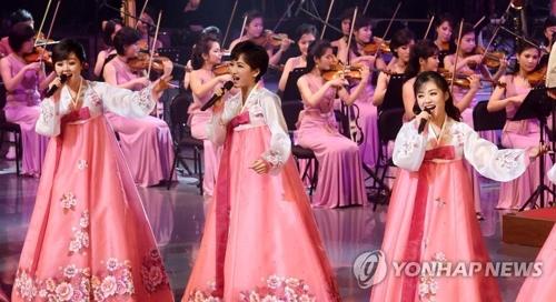 Des chanteuses nord-coréennes vêtues de hanbok se produisent le 8 février 2018 lors d'un spectacle historique au Gangneung Arts Center, à Gangneung. (Joint Press Corps-Yonhap)