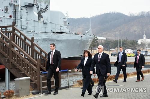 Le vice-président américain Mike Pence au commandement de la 2e flotte de la marine à Pyeongtaek le 9 février 2018.