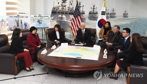 Le vice-président américain Mike Pence rencontre quatre transfuges nord-coréens le 9 février 2018 au commandement de la 2e flotte de la marine à Pyeongtaek.