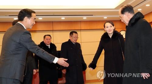 Le ministre de l'Unification Cho Myoung-gyon (à gauche) reçoit la délégation nord-coréenne de haut niveau le vendredi 9 février 2018 dans une salle de réception de l'aéroport international d'Incheon. De droite à gauche : Kim Yong-nam, chef d'Etat protocolaire, et Kim Yo-jong, petite sœur du dirigeant nord-coréen Kim Jong-un.