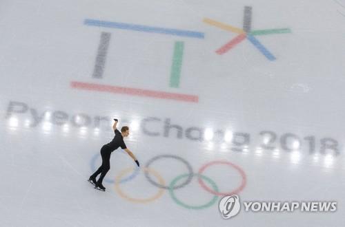 Un patineur artistique s'entraîne au palais des glaces de Gangneung à Gangneung le 5 février 2018.
