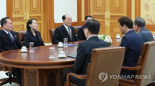 Le président Moon Jae-in et la délégation nord-coréenne tiennent une réunion.