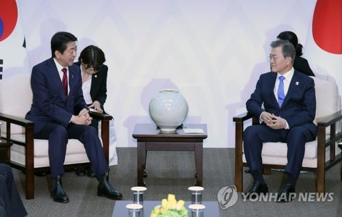 Le président Moon Jae-in et le Premier ministre japonais Shinzo Abe tiennent un sommet bilatéral le vendredi 9 février 2018 au Yongpyong Resort à PyeongChang, dans la province du Gangwon.