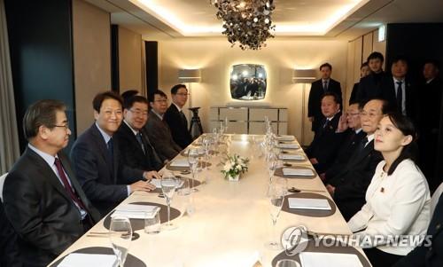 Im Jong-seok (2e à partir de la gauche), secrétaire général de Cheong Wa Dae, lors du dîner avec la délégation nord-coréenne, le dimanche 11 février 2018, à Séoul. © Cheong Wa Dae