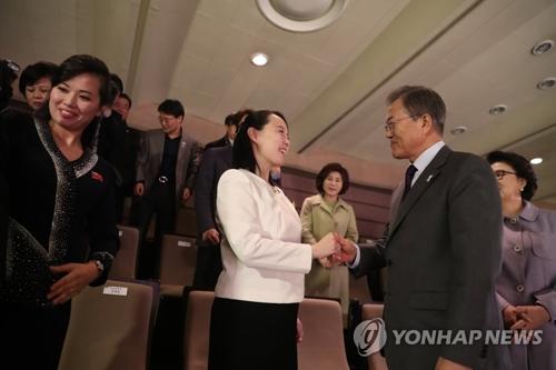Le président Moon Jae-in échange une poignée de main avec Kim Yo-jong, sœur cadette du leader nord-coréen Kim Jong-un et envoyée spéciale de celui-ci, après le concert de la troupe artistique nord-coréenne au Théâtre national de Corée à Séoul. A gauche se trouve Hyon Song-wol, chef de la troupe.