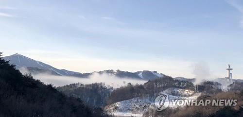 Cette photo prise le 14 décembre 2017 montre le centre alpin de Yongpyong (à g.) à PyeongChang, à 180 kilomètres à l'est de Séoul, et le centre de saut à ski d'Alpensia.